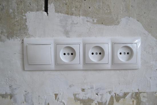 5a4eb1c5b95a12 Установка тройной розетки в бетонную стену. Как подключить тройную розетку  своими руками