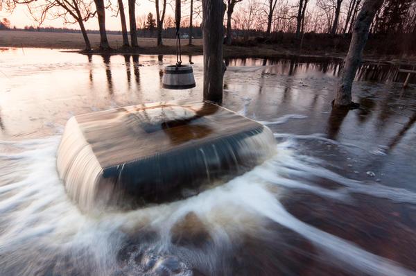 В весеннее половодье уровень грунтовых вод, а с ним и уровень воды в колодце может быть и таким